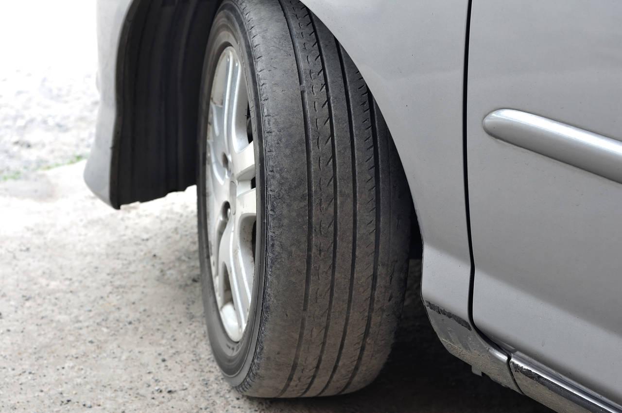 carro com pneu careca