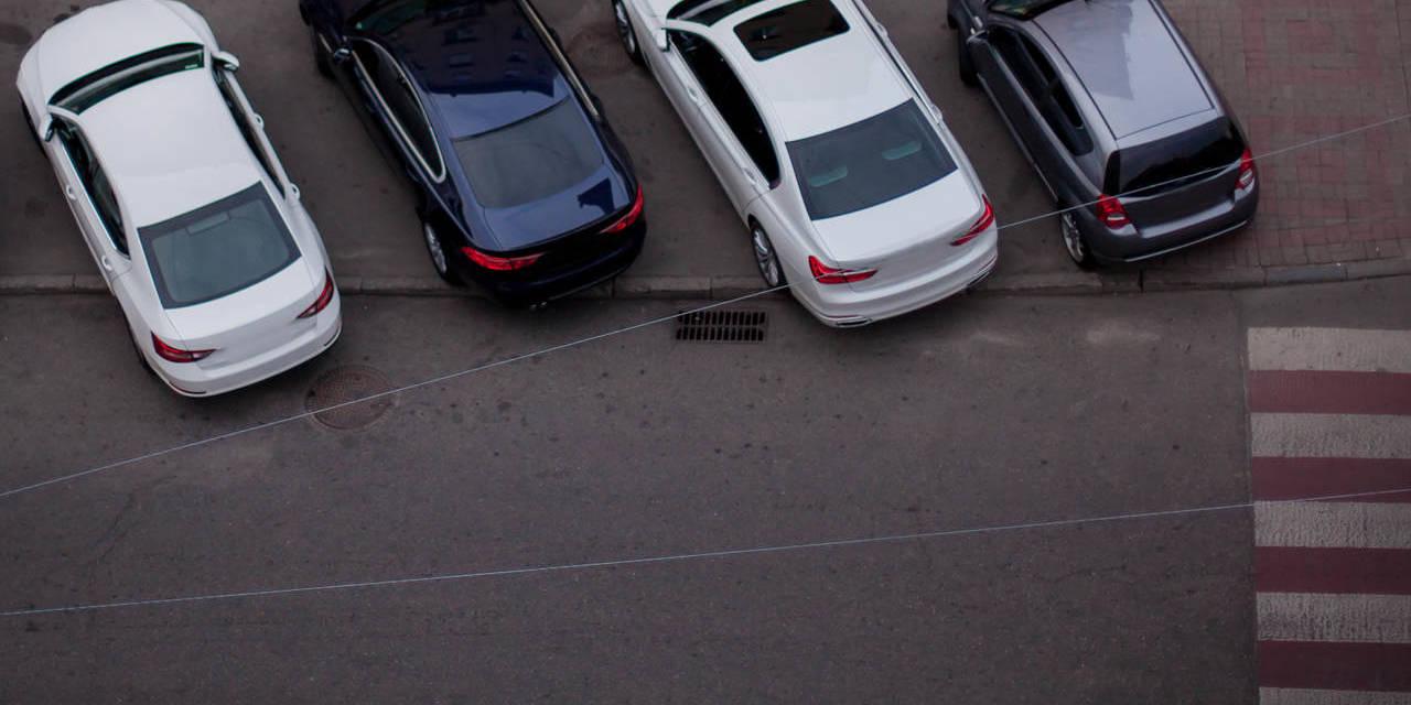 carros estacionados sob calçada