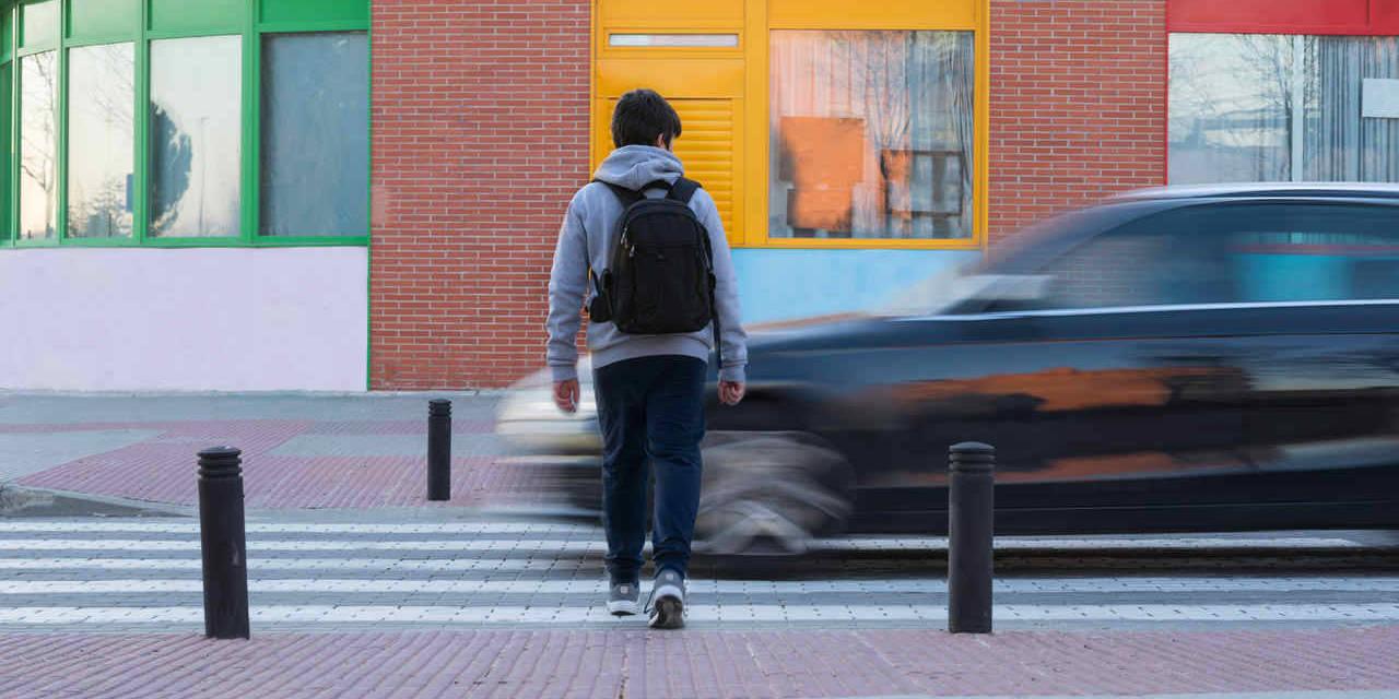 carro dirige perigosamente enquanto criança atravessa faixa de pedestres