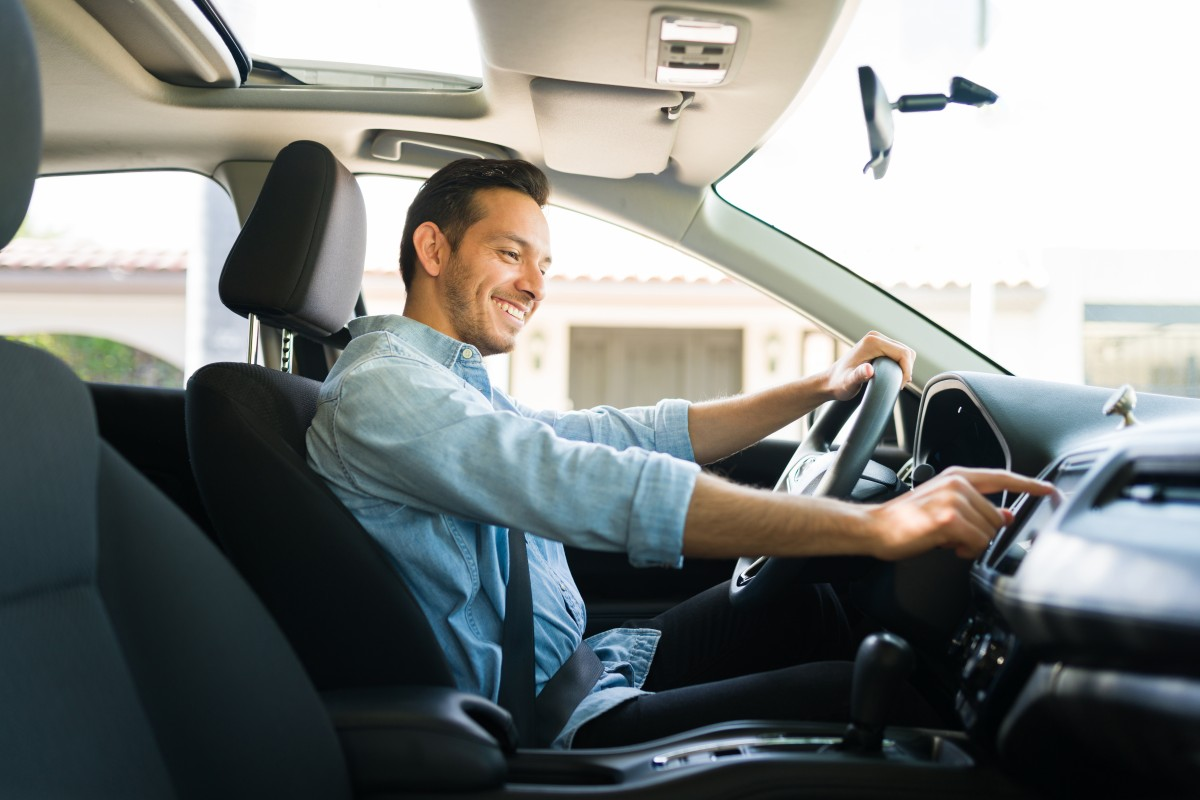 motorista da uber dentro do carro