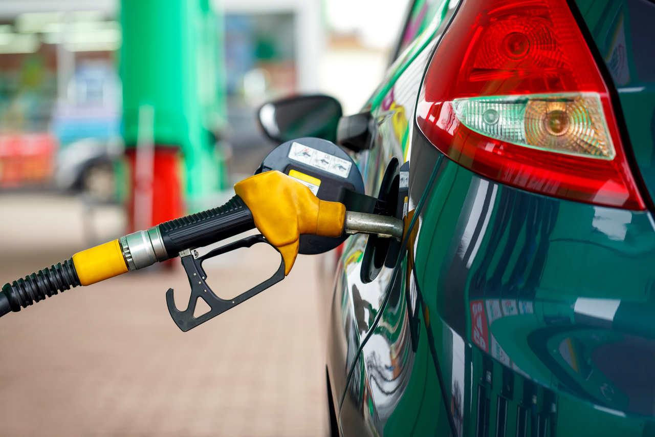 carro em reabastecimento de combustível