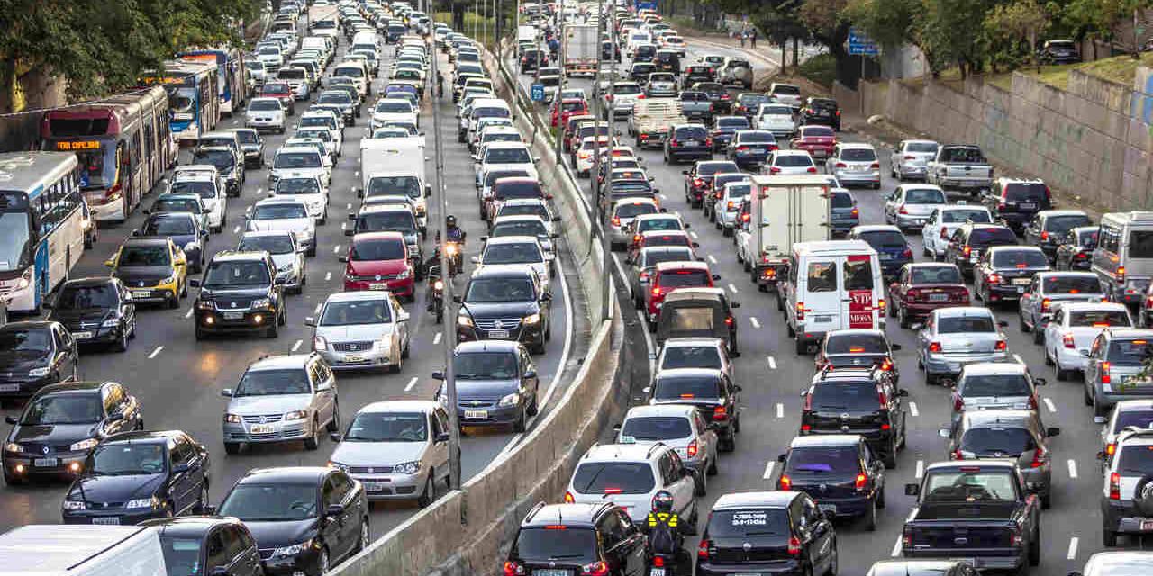 trânsito de carros na avenida 23 de maio em são paulo